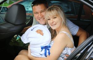 Ребенок на руках у матери в машине