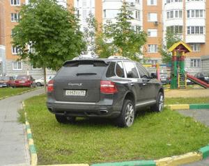 Незаконная парковка на газоне