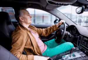 Водитель с правами за рулем автомобиля