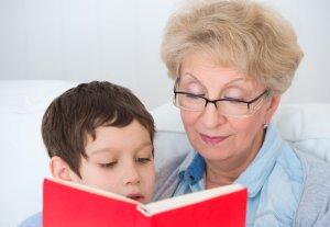 Бабушка опекает внука