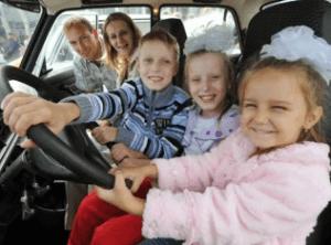 Многодетная семья в личном авто