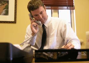 Юрист консультирует по телефону