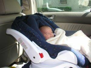 Новорожденный ребенок в машине