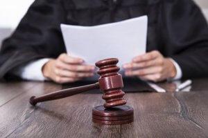 Судья смотрит документы