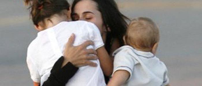 Мать с двумя детьми