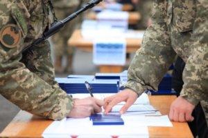 Солдат подписывает документы