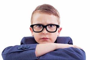Внимательный ребенок в очках