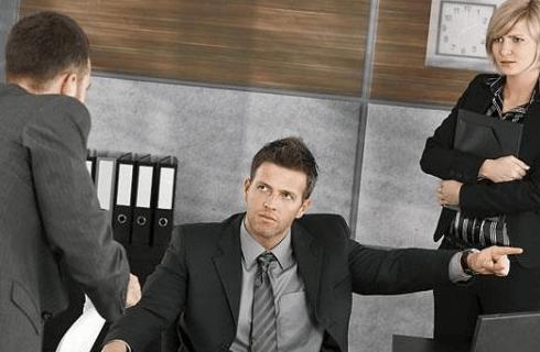 Важные аспекты трудовых норм: срок действия дисциплинарного взыскания и моменты применения наказания
