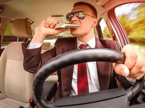 Водитель снимает стресс после аварии